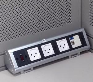 פנל חשמל מעל שולחן